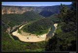 *  *  *Увы, не срастаются частиРазбившихся наших надежд.Прими талисманом на счастьеПодкову ущелья Ардеш.*  *  *Ушелье реки Ардеш в регионе Рона-Альпы, хотя и лежит в стороне от главных туристских троп,  считается одним из наиболее красивых мест Франции. Горный цирк Мадлен с 300-метровыми скалами - самый  драматичный амфитеатр каньона.