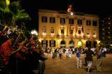 На площади перед мэрией по выходным играет духовой оркестр. Испания, Каталония, Льорет де Мар. Сардана - это самый популярный национальный танец в Каталонии.Это, пожалуй, самая прекрасная музыкальная и танцевальная традиция народа, который насчитывает свыше восьми миллионов человек и более чем тысячелетнюю историю.