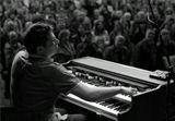 Raphael Wressnig - клавишник из группы R&B Explosion. Посмотреть и послушать можно здесь http://www.youtube.com/watch?v=CKFiPO3ngJE&feature=related