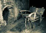 Самара. Особняк купца Шихобалова. Ночь в музее На самом деле скелет, лавка и, если не ошибаюсь, верека, сделаны из дуба. Смотрится жутковато, но интересно. Небольшая обработка фотографии экспозиции с Ночи в музее.  Если кто-нибудь подскажет автора этого творения - буду очень благодарна.