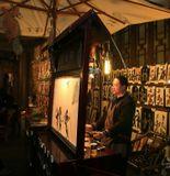 Китайский театр теней официально  был зафиксирован во временадинастии Сун (960 – 1279 гг.) Это единственный вид китайского театра, который вышел за пределы страны. В 1767 году миссионер-француз Жюль Алод по возвращении на родину познакомил с китайским театром теней французов. Впоследствии театр теней ассимилировался и постепенно распространился во многих странах мира. В 1776 году китайский театр теней появился и в Англии.