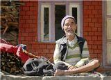 Непал, Гималаи. Зимой в горах отчаянно холодно, а заготавливать дрова опасно. Поэтому продавцы дров в этих местах люди уважаемые.