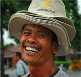 Продавец шляп возле буддийского храма Боробудур (VIII в. н.э.), неподалеку от города  Джокьякарта (остров Ява, Индонезия).