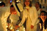 Ночной флэш–моб: 6000 человек, со складным столами и стульями, с выпивкой и закуской во дворе Лувра. И все – в белом