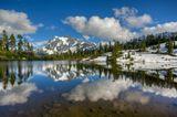 Озеро называется Picture Lake (красивое озеро), находится в часе езды от канадской границы. На горизонте гора Shuksan высота 3012 метров. Место хорошо обстрелянно фотографами всех рангов. В этом году там были рекордные снегопады. В августе на склонах снег лежит высотой до двух метров. Дети катаются на санках в шортах.Жёлтый Жук запарковался  прямо в кадре и простоял там часа два. Сначала хотел его зашопить, но так оказалось даже интереснее.Снимок HDR из трёх кадров, обработан в Photomatiх, потом в Lightroom