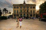 На заднем плане свадьба в мерии города Льоред де Мар.Слева средиземное море.В центре любовь (я полагаю)