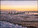 Январский день на Байкале и намерзшие шапки из льда на останках старого пирса.