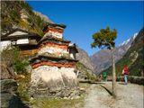 Последний оплот привычной цивилизации на пути в таинственные Гималаи - приют для туристов. Впереди только  становящиеся все более узкими тропинки, ночевки в палатках и неповторимые горы, блеск снежных вершин и самый чистый в мире воздух.