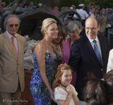 Иду я как то по МонакоА тут принц монакский, Альбер Второй, с молодой супругой принцессой Шарлин из лимузина выходят.И вдруг девочка, маленькая, рыжеволосая,с веснушкамик ним с букетиком подходит.Ну как тут было девочку не сфотографировать, да и монархов за одно.Эксклюзив для Ленсарта, Фото публикуется впервые.