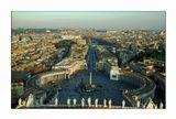 Панорама Рима с купола собора Св.Петра. На переднем плане площадь Св.Петра и колоннада собора. В центре площади египетский обелиск. За площадью-улица Примирения, замок и мост Св.Ангела. В правом верхнем углу виден Алтарь Отечества. Высота собора 120м.