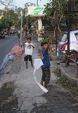 О. БалиБалийские ребятишки часто делают себе игрушки из подручных средств. И удовольствия от них не меньше, чем от красивых и дорогих)
