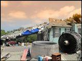 Громадная туша самолета рухнула на мирно спавший домик в предместье большого города. Теперь только обгоревшие деревья небольшого садика да разбросанные детские игрушки напоминают о некогда счастливой жизни здесь маленькой семьи.Но...спокойно! Это всего лишь очень натуральные декорации одной из студий Голливуда