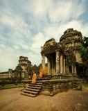 Камбоджия. Ангкор Ват. Наиболее известный и хорошо сохранившийся храм Ангкор Ват, строившийся в течение тридцати лет во времена правления Сурьявармана II. Храм считается самым большим сакральным зданием в мире и представляет собой типичное для азиатской архитектуры сочетание элегантности и гармонии. После смерти короля храм принял его в свои стены и стал усыпальницей-мавзолеем.