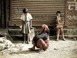 Непал, Катманду, из окна авто, женщины, девочка, цыплята, бытовая сценка