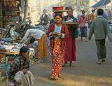 Мьянмарские женщины знают еще одно применение головы кроме как есть, болтать, глазеть по сторонам, подслушивать, думать, но и в качестве багажника тоже, в то время как ручки перелистывают прибыль...