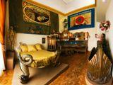 """Спальня Сальвадора Дали. Слева кровать, которую Сальвадор и Гала выкупили и привезли из парижского борделя, на которой, по слухам возлежал сам Наполеон. Дали сказал: """"Я хочу, чтобы эта кровать работала под нами столько же, сколько она работала в борделе"""". Справа веселый диванчик из того же публичного дома, на котором проститутки поджидали своих клиентов :)Панорама из 9 кадров"""