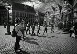 Центром Бремена является Рыночная площадь с ратушей, построенной в 1405—1410 годах, и собором Святого Петра XI века. Рыночная площадь по праву считается одной из красивейших в Европе. На площади возвышается статуя Роланда (10,21 метра) — символ города и олицетворение его независимости. Имперский орёл на щите дает понять, что городское право восходит ко временам Карла Великого и Бремен подчиняется только императору и ни одному другому духовному или светскому правителю.