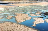 Теплое течение не позволяет пока реке сомкнуть створы.
