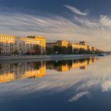 Москва, жилые дома на Фрунзенской набережной, рассвет, панорама из двух горизонтальных кадров.
