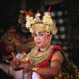 Национальный индонезийский танец Баронг, в котором показана вечная борьба добра и зла.Этот персонаж - Принц Садева, которого в процессе танца приносят в жертву, и играет его, как ни странно, женщина)