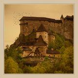 Оравский замок (Oravsky hrad) Один из самых ярких замков Словакии, который является представителем романского стиля. Расположено это великолепное строение на берегу реки Оравы, на отвесной скале, высота которой 112 метров. Благодаря такому расположению, замок иногда называют «орлиным гнездом». Великолепный вид, который окружает замок Оравский со всех сторон, способен очаровать любого.