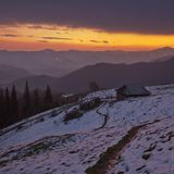внизу деревня Дземброня, по дороге на гору Поп Иван.Дом открыт, в нем можно жить, сделаны нары  и есть печка