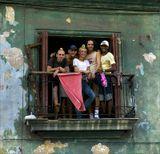 """Гавана мне очень понравилась, я сразу влюбился, потому, что в воздухе витает """"праздник, который всегда с тобой...""""  Гавана - это рай для фотографов, потому, что на каждом шагу натыкаешься на красоту старых вещей. Гавана - это колоритные жители, креолы, мулаты, негры. Гавана - сумасшедший город... Вариант """"паиньки"""":)"""