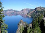 Одно из самых знаменитых озер в мире. Находится в кратере вулкана. Благодаря сильной глубине имеет очень насыщенный синий цвет