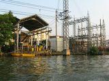 Электроподстанция на берегу клонга в Бангкоке. Снято до последнего наводнения в январе 2010 года.