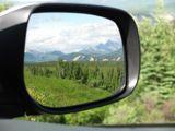 В отражении виден хребет парка Денали, где находится высочайшая вершина Северной Америки - пик МакКинли