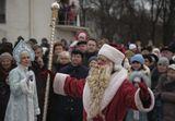 """Впервые на Кафедральной площади сегодня отметили православное Рождество.Звучали русские песни, в том числе и """"В лесу родилась ёлочка"""". Появился и Дед Мороз со Снегурочкой, он поздравил собравшихся с православным Рождеством и Новым годом, хотя по Юлианскому календарю он наступит в ночь с 13 на 14 января.На празднике можно было увидеть мэра Вильнюса, представителей православной церкви,вильнюсцев и гостей города.Вильнюс 2012.01.07"""