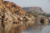 Индия.Руины Виджаянагара на реке Тунгабхандра иногда сравнивают с иорданской Петрой.Рыбацкие лодки сделаны из ивняка,обтянуты кожей.На них рыбачат,перевозят людей,велосипеды и скот.