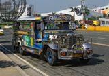 """г. Манила. Филиппины.  """"Джипни"""" (Jeepney). От американской армии стране достался в наследство парк хорошо сохранившихся армейских джипов. После соответствующего тюнинга, они превратились в средство общественного транспорта, что-то среднее между автобусом и маршруткой. Каждый владелец реализует собственный дизайн, и каждая машинка украшена по своему, как будто над ней долго-долго трудились."""