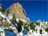 Ну, вот, и закончились зимние каникулы. Снег выпал в Доломитовых Альпах поздно и опасно обнаженные скалы угрожали  со всех сторон. А небо было необыкновенно синим и не обещало долгожданных осадков.