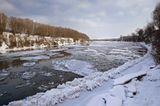 Снимок сделан 19 января. Местные жители не припомнят такой год, чтобы ледостав был на Крещенье. Обычно в это время уже надежный лед. И окунуться страшно. Льдины плывут довольно быстро.