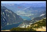 *  *  *  Свободное парение в воздухе над ошеломительно красивыми пейзажами - это парапланеризм (параглайдинг), который поднимает вас  воздушными потоками на высоту птичьего плета. Разбег, прыжок со скалы - управление крылом-парашютом (и собственным телом), и  непередаваемое чудо полета ...  *  *  *   Верхняя Австрия, горный массив Криппенштайн, высота 2200 м, летающие люди, параглайдинг.