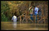 Продолжение... Около реки построены деревянные мостки. В праздничные дни здесь толпятся паломники и туристы, но сегодня лишь  священник читает проповедь своей немногочисленной  пастве.   Тихо проскользнув мимо них,  по ступенькам спускаюсь к реке. Стоя по пояс в ледяной бурой воде, смотрю на противоположный берег – из-за того, что река обмелела, ширина  ее от силы 6 метров.это вызвало у израильских туристов бурю восторга. Крики, щелканье затворов