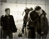 Киевский вокзал. Только что прибыл поезд. Вижу эту пару влюбленных, забывших про все на свете от счастья встречи. Думаю, надо бы их заснять... и тут в кадр попадает случайный прохожий. Его красноречивый взгляд по сути и делает снимок.