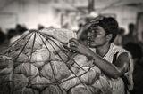 филиппинский фермер в базарный день на высокогорном овощном рынке за продажей собственного урожая.филиппины, о.себу