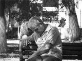 . . . не подумайте --  это был не выпивший мужчина, бывает после тяжелого трудового дня, если неожиданноокажешься в спокойной обстановке, под лучами теплого солнца,можно задремать.   Кто не любит просто закрыть глаза, когда теплое солнце и тихо вокруг. -)
