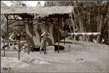 Оборона Британии против японцев во время II мировой войны держалась на крепости Сингапур. Расположенная на  острове и отделенная от материка узким болотистым перешейком, да к тому же покрытым сплошным минным полем, она  располагала батареями громадных морских орудий, способных уничтожить любой флот. Коварные японцы атаковали  крепость с суши, бросив на минное поле  безоружными тысячи солдат-смертников, которые своими телами открыли  дорогу наступающим.