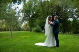 Свадебное фото, жених, невеста, в парке, лето