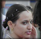 ...у меня в городе был фестиваль кришнаитов, вообще когда вижу такое, задаю себе вопрос-- действительно ли они верят в это ?или вот девушка на фото - размалевала себя, потому, что верит? или просто от бездельямучается?  ... или это новый стиль кришнаитов - -- славянские кришны -)