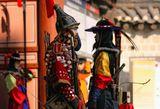 Караульные возле императорского дворца Кёнбоккун  в Сеуле. Южная Корея.