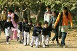 В Дели маленьких детей водят не парами, как у нас, а паровозиком...