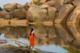 Индия.Сам Хануман, сын бога ветра Вайю и  обезьяны Анджаны, родился тут,в Анегонди, деревеньке, расположенной на противоположном  берегу реки Тунгабхадры.Когда-то прекрасная Анджана гуляла по одному из местных холмов, а пролетавшимй мимо Вайю случайно приподнял край ее одежды и не смог устоять перед прелестями красавицы.