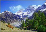 """Восточный Непал. Язык ледника как река из камня и льда шурша и постанывая медленно ползет вниз по пробитому ею каменистому ложу. """"Шаг ступил на ледник и сник"""" точно отражает наше настроение при виде этого грозного завораживающего зрелища."""