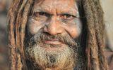 Одинокий священник, нашедший приют возле одного из индуистских храмов г. Бхубанешвар. Индия, 2012г