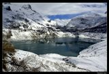 *  *  *Ты помнишь - звенящей была тишина,Что горным кольцом окружила.В горах еще снежно - но это весна,Что лед наших чувств растопила.*  *  *Франция, Савойские Альпы. Aпрель, 2010.