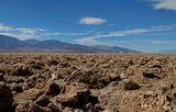 """""""Дьявольское поле для гольфа"""" состоит из засохших пиков соленой грязи. Оно выглядит так, словно кто-то прошелся плугом по долине, выворачивая здоровенные комья земли. Эти комья покрыты острыми как бритва кристаллами соли. Возле самой автомобильной стоянки комья утоптаны тысячами туристов и выглядят как обычная сухая земля. Но достаточно отойти на 20-30 метров, как на валунах выростают шипы, которые запросто могут разрезать кожу..."""